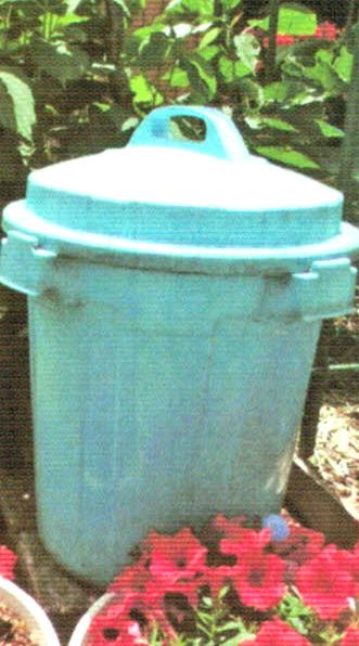 45L入りのポリ容器にHB-101を5cc入れ、水をいっぱい入れて攪拌し、ジョーロに移して植物に与えています。