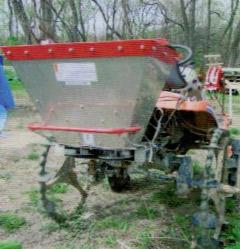 田植え機を改造し顆粒HB-101の専用散布機に